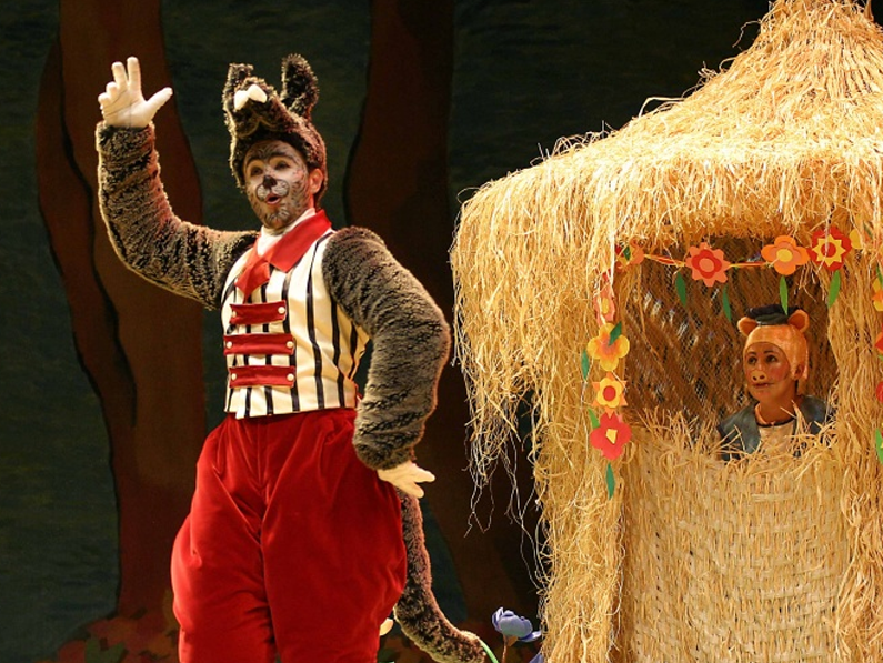 Three Little Pigs and the Wolf</br></br><center> <h6>Worldwide booking</h6></center>
